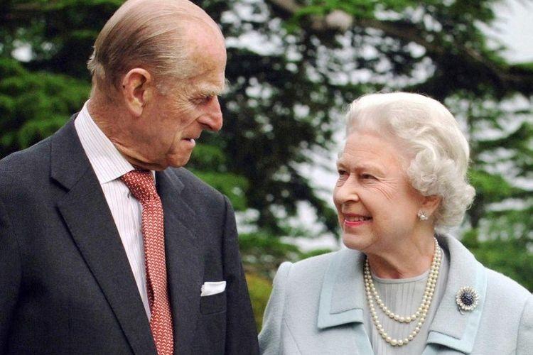 Dalam foto file ini diambil pada tahun 2007 dan dirilis 18 November 2007 menunjukkan Ratu Inggris Elizabeth II dan suaminya, Pangeran Philip dari Inggris, Duke of Edinburgh (kiri) berjalan di Broadlands, Hampshire.