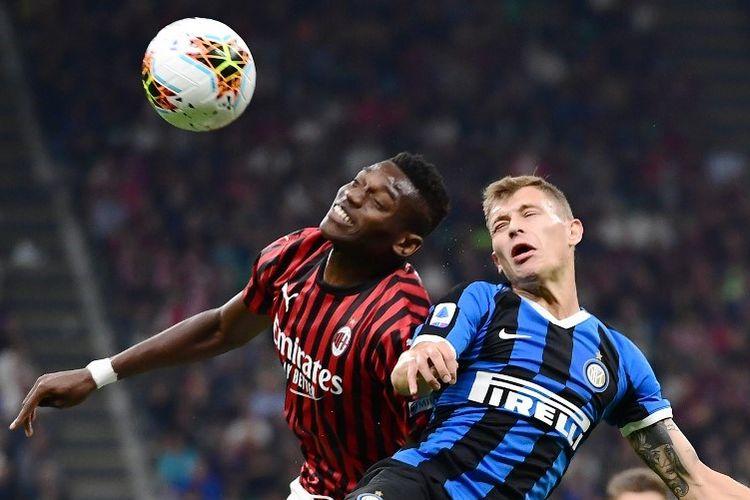Rafael Leao dan Nicolo Barella berebutan bola di udara pada pertandingan AC Milan vs Inter Milan dalam Derby della Madonnina di San Siro, 21 September 2019.