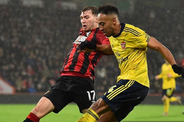 Bournemouths English defender Jack Stacey (L) vies with Arsenals Gabonese striker Pierre-Emerick Aubameyang during the English Premier League football match between Bournemouth and Arsenal at the Vitality Stadium in Bournemouth, southern England on December 26, 2019. (Photo by Glyn KIRK / AFP) / RESTRICTED TO EDITORIAL USE. No use with unauthorized audio, video, data, fixture lists, club/league logos or live services. Online in-match use limited to 120 images. An additional 40 images may be used in extra time. No video emulation. Social media in-match use limited to 120 images. An additional 40 images may be used in extra time. No use in betting publications, games or single club/league/player publications. /
