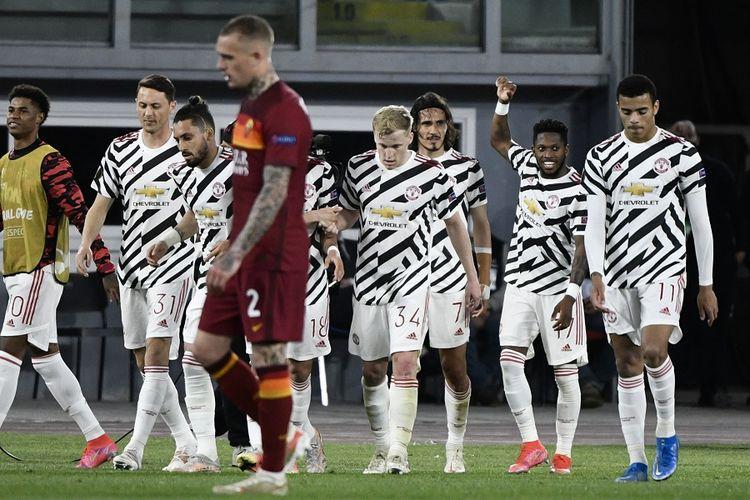 Penyerang Manchester United Edinson Cavani (tengah rambut panjang) merayakan gol bersama rekan setimnya pada pertandingan leg kedua semifinal Liga Europa antara AS Roma vs Man United di Stadion Olimpico Roma pada 6 Mei 2021.