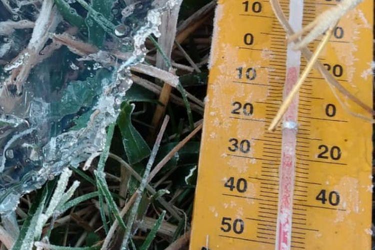 Suhu di permukaan tanah Dataran Tinggi Dieng mencapai minus 5 derajat celsius pada Rabu (16/9/2020) pagi. Suhu dingin ini kembali memunculkan fenomena embun upas atau embun es.