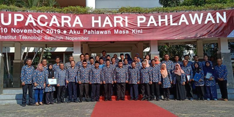 Menristek Bambang Brodjonegoro bersama Rektor dan dosen ITS usai upacara dalam Hari Pahlawan di ITS Surabaya (10/11/2019)