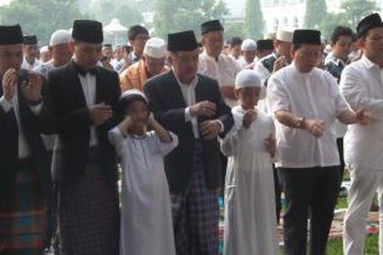 Cawapres terpilih, Jusuf Kalla, menjalani shalat Id di Masjid Al Azhar, Jakarta Selatan, Senin (28/7/2014).