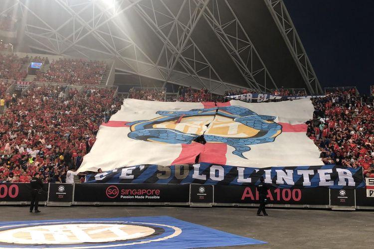 Koreografi raksasa Inter Club Indonesia yang dibentangkan di Stadion Nasional, Singapura, jelang pertandingan International Champions Cup 2019 antara Manchester United dan Inter Milan pada Sabtu (20/7/2019).