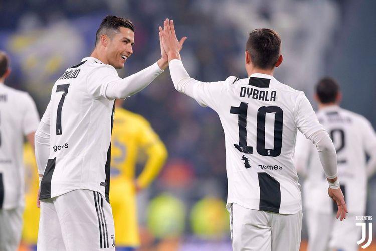 Cristiano Ronaldo dan Paulo Dybala merayakan gol pada pertandingan Juventus vs Frosinone di Stadion Allianz dalam lanjutan Serie A Liga Italia, 15 Februari 2019.