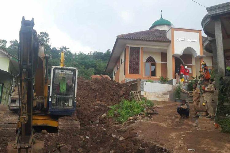 Basarnas Bandung terus melakukan upaya pencarian korban hilang diduga tertimbun longsor di Cimanggung, Sumedang, Jawa Barat, Senin (11/1/2021). AAM AMINULLAH/KOMPAS.com