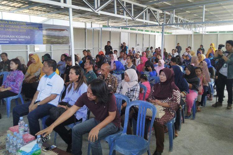 Masyarakat korban bencana di Sigi turut hadir dalam penyerahan huntara yang digalang dari Dana Kemanusiaan Kompas dan para musisi ?Gitaris untuk Indonesia, Kamis (31/01/2019).