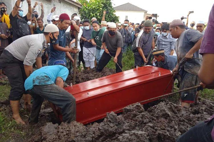 Prosesi pemakaman jenazah Ihsan Adhlan Hakim, satu di antara penumpang pesawat Sriwijaya Air yang jatuh di perairan Kepulauan Seribu, Jakarta, beberapa menit setelah lepas landas dari Bandara Soekarno Hatta, Tangerang, Banten, Sabtu (9/1/2021)