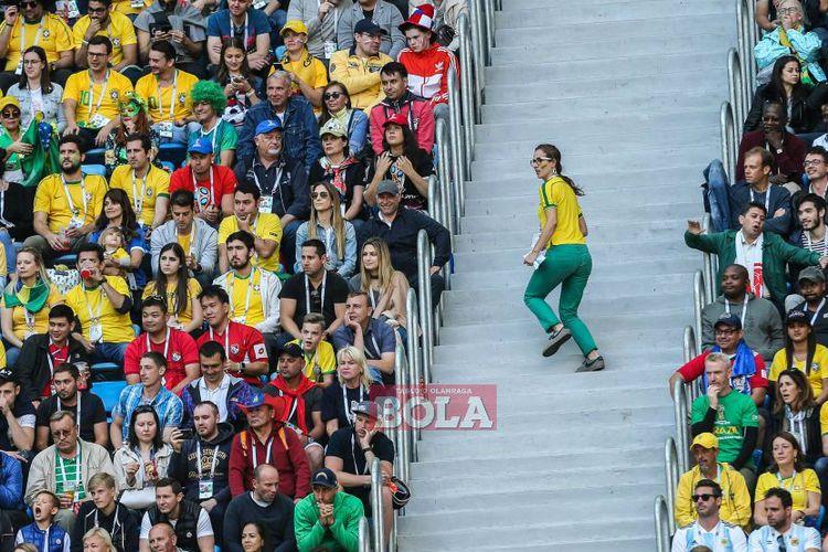 Suporter Brasil menyaksikan laga fase grup Piala Dunia 2018 antara Timnas Brasil dan Kosta Rika di Stadion Krestovsky, St Petersburg, Rusia, pada 22 Juni 2018.