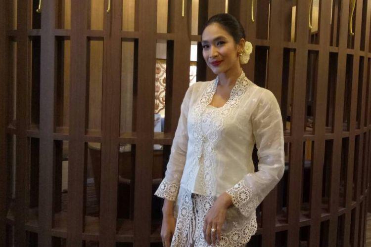 Happy Salma berpose saat ditemui di Kawasan Gajah Mada, Jakarta Barat, Selasa (25/4/2017).