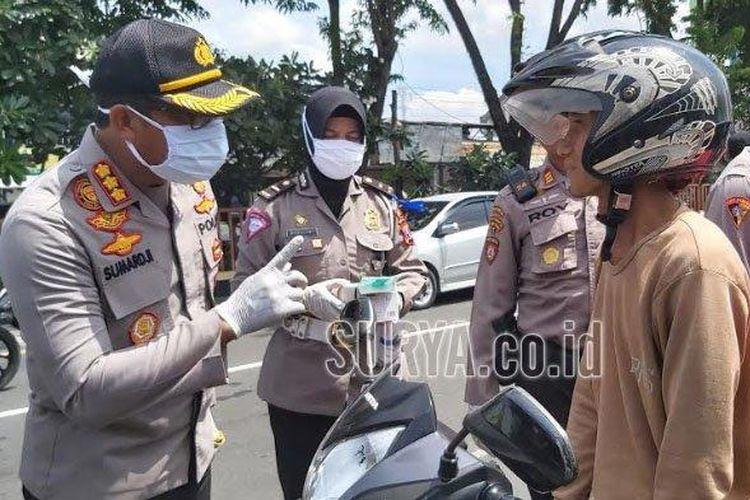 Kapolresta Sidoarjo Kombes Pol Sumardji saat menghentikan pengendara motor yang tidak memakai masker dalam razia di Waru Sidoarjo, Rabu (15/4/2020).