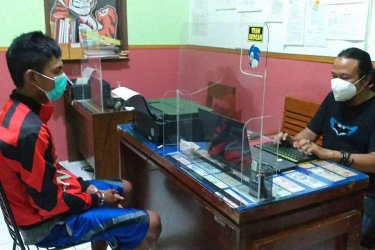 DT (21) tersangka pencurian burung merpati diinterogasi anggota Satreskrim Polresta Banyumas, Jawa Tengah.