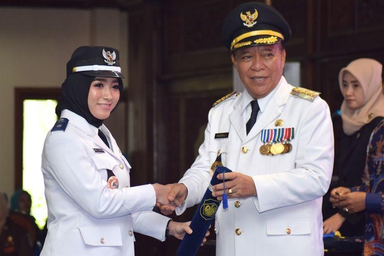Angeli Emitasari (kiri) saat dilantik Bupati Lamongan, Fadeli, menjadi Kepala Desa Kedungkempul, Kecamatan Sukorame, Lamongan.