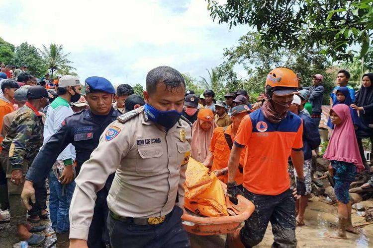 Korban longsor Tanah Datar yang merupakan ibu dan anak ditemukan tewas berhimpitan ditimpa material longsor, Minggu (5/4/2020)