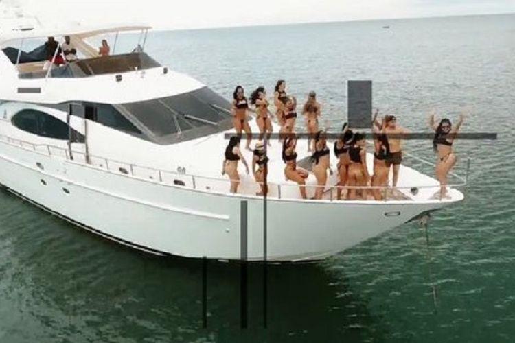 Wisata pulau seks di Kolombia menawarkan antara lain berlayar dengan kapal pesiar bersama belasan wanita muda.
