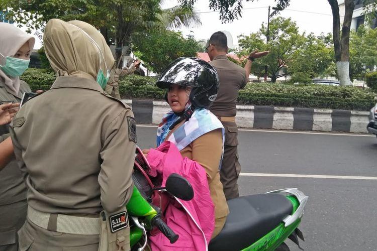Salah seorang ASN di Banjarmasin, Kalsel, terjaring razia Satpol PP karena berkeliaran saat jam kerja, Senin (3/1/2020).