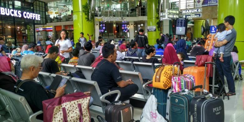 Penumpang menunggu keberangkatan kereta api dari Stasiun Gambir, Jakarta Pusat, Senin (26/12/2016).