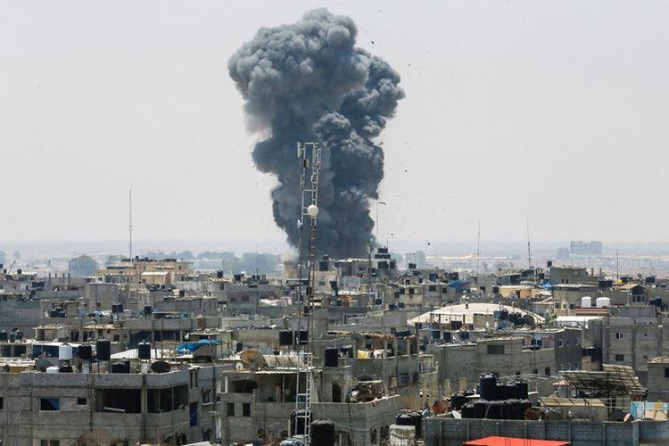 Foto yang diambil pada Sabtu (14/7/2018), menunjukkan asap yang membumbung tinggi menyusul serangan udara yang dilakukan Israel di selatan Jalur Gaza di kota Rafah, dekat perbatasan Mesir.
