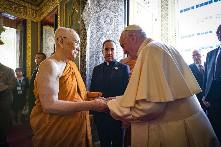 Foto yang diambil dan dirilis oleh Vatican Media pada 21 November 2019 memperlihatkan Paus Fransiskus menemui Pemimpin Tertinggi Agama Buddha di Thailand, Somdej Phra Maha Muneewong, di Kuil Ratchabophit, di Bangkok.