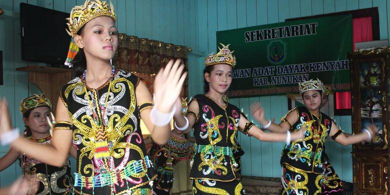Tari penyambutan yang dibawakan oleh Suku Dayak Kenyah, Kalimantan Utara.