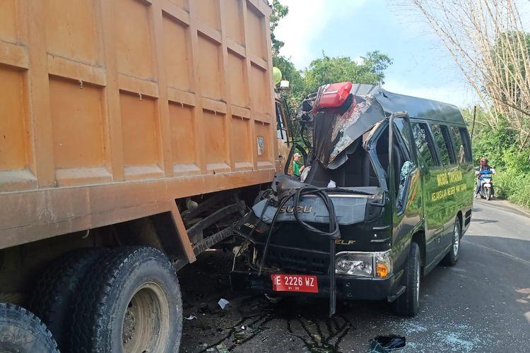 Mobil tahanan Kejari Way Kanan yang bertabrakan dengan truk tronton di Lampung Tengah. (FOTO: Dok. Kejati Lampung)