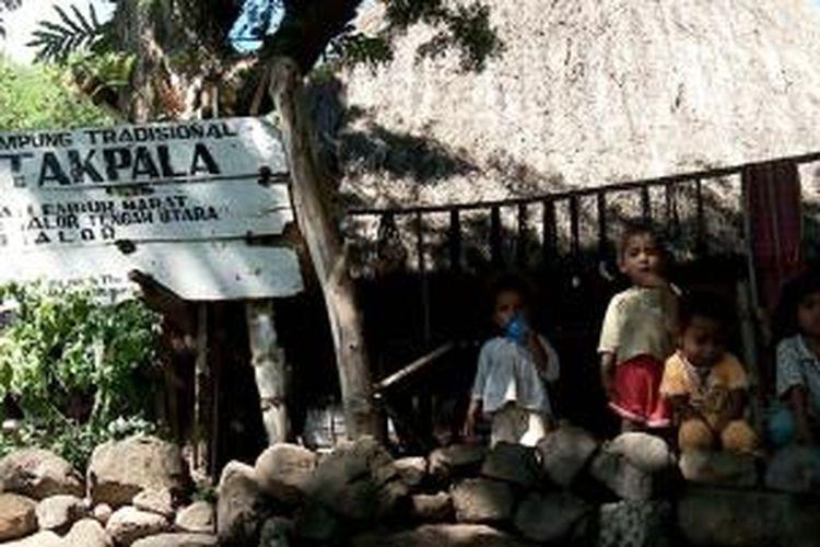 Gerbang masuk Desa Takpala, Alor