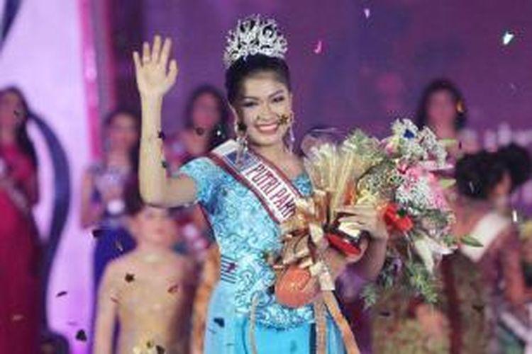 Nabilla Shabrina, finalis dari Jawa Tengah terpilih menjadi Putri Pariwisata Indonesia 2013, saat acara malam pemilihan di Taman Mini Indonesia Indah Jakarta Timur, Jumat (20/9/2013). Nabilla Shabrina mengalahkan Tribuana Ardhia Garini asal Lampung dan 33 finalis lainnya dari sejumlah daerah di Indonesia.