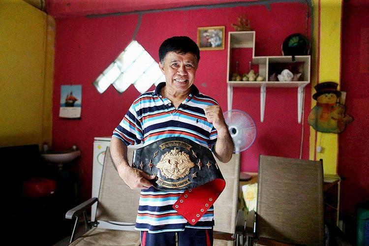 Ellyas Pical, petinju pertama Indonesia yang meraih gelar juara dunia di kelas bantam yunior Federasi Tinju Internasional (IBF) berpose di kediamannya di kawasan Kunciran, Pinang, Kota Tangerang, Banten, Jumat (10/3/2017).