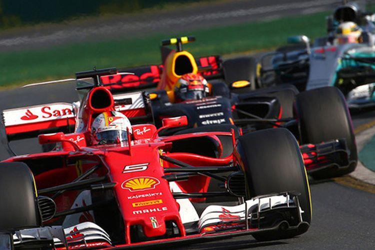 Sebastian Vettel keluar dari pitstop di momen yang tepat.