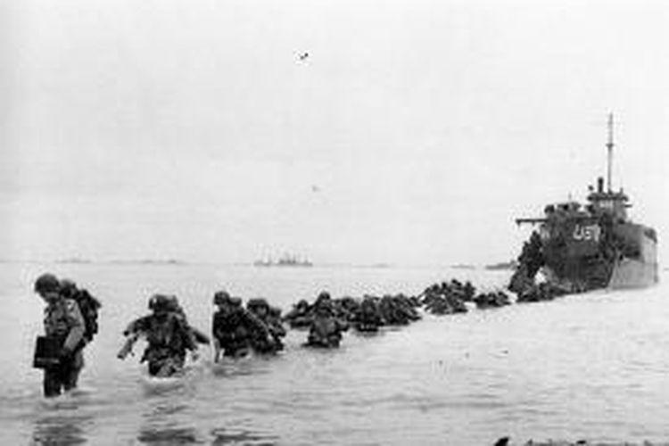 Pasukan AS keluar dari sebuah kapal pendarat yang mengantarkan mereka ke Pantai Normandia pada 6 Juni 1944. Operasi militer bertajuk Operasi Overlord itu dianggap salah satu operasi militer paling menentukan dalam Perang Dunia II.