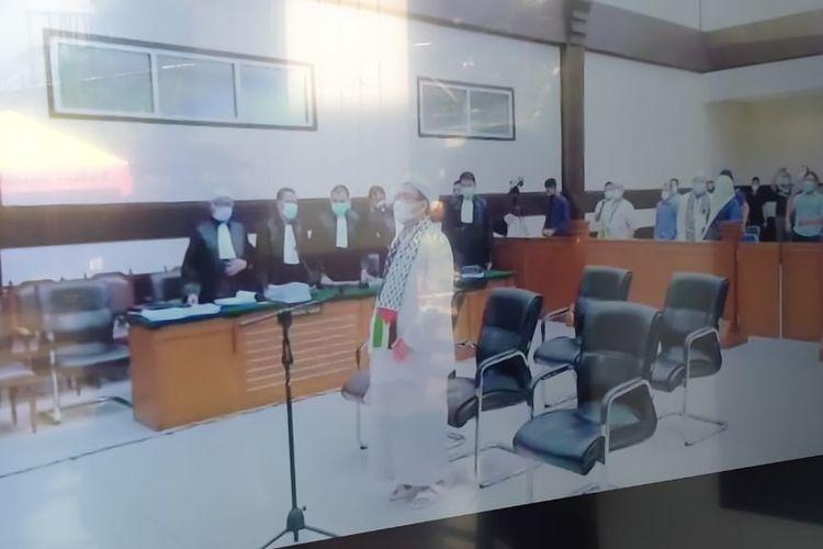 Majelis hakim Pengadilan Negeri (PN) Jakarta Timur membersihkan atribut Palestina dari ruang sidang sebelum dimulainya sidang pledoi dengan terdakwa Rizieq Shihab, Kamis (20/5/2021). Pantauan Kompas.com, Rizieq terlihat menggunakan atribut Palestina.