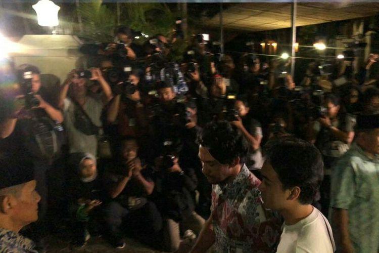 Reza Rahadian tiba di rumah duka BJ Habibie di kawasan Patra, Kuningan, Jakarta Selatan, Rabu (11/9/2019).