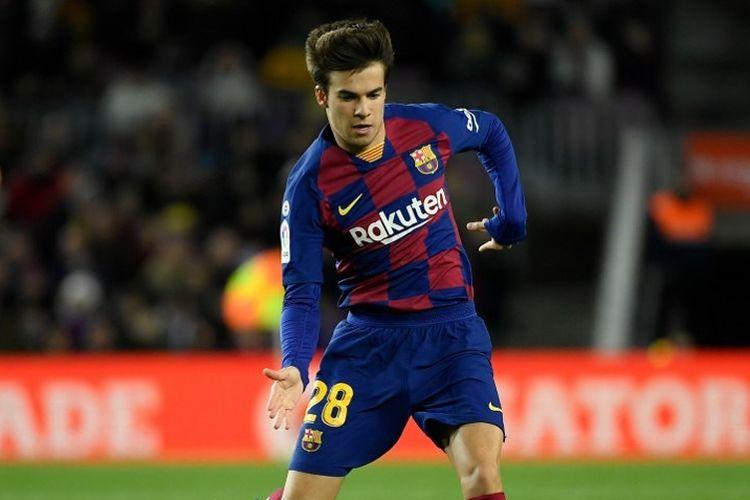 Pemain tengah Barcelona, Riqui Puig menendang bola selama pertandingan sepak bola liga Spanyol antara FC Barcelona dan Granada FC di stadion Camp Nou di Barcelona pada 19 Januari 2020.