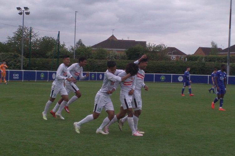 Bagus Kahfi dapat sambutan dari rekan rekannya usai cetak gol.