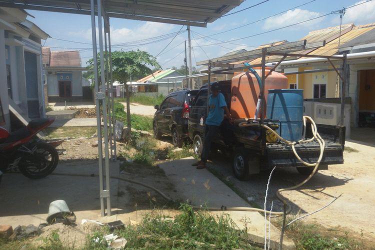Warga Pinang Mas 2 Pangkal Pinang memanfaatkan jasa penjual air keliling selama musim kemarau, Minggu (15/9/2019).