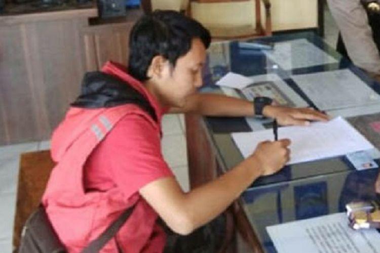 Pemilik akun FB di Situbondo saat dipanggil polisi karena dinilai meresahkan pada saat masyarakat Situbondo, Jawa Timur, diguncang gempa bermagnitudo 6,4.