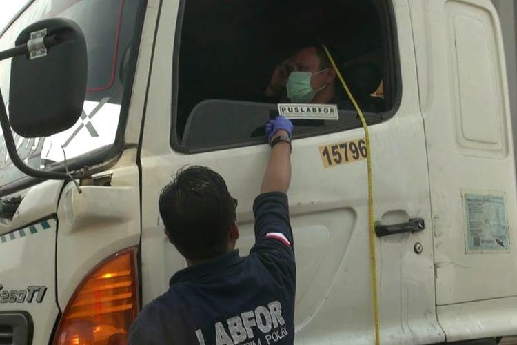 Polisi melakukan olah TKP kasus tewasnya sopir truk Fuso bernama Marthen yang diduga tertembak peluru nyasar di ruas Tol JORR. Olah TKP digelar pada Jumat (13/7/2018).
