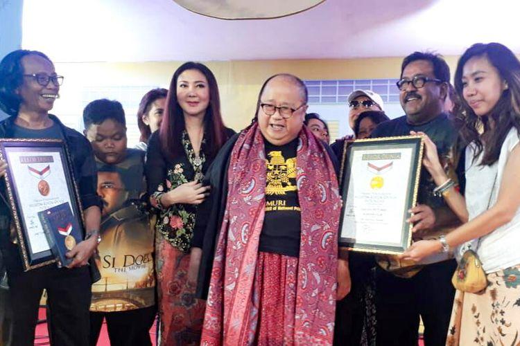 Artis peran yang juga sutradara Rano Karno saat menerima penghargaan dari Jaya Suprana selaku pendiri MuseUm Rekor Dunia Indonesia di panggung gala premiere film Si Doel The Movie di XXI Epicentrum, Kuningan, Jakarta Selatan, Minggu (29/7/2018).