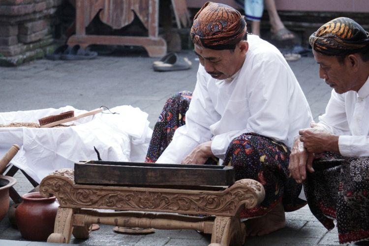 Suasana penjamasan keris Kiai Cinthaka serta dua buah tombak yang juga pusaka peninggalan Sunan Kudus dijamas di kompleks Masjid Menara dan Makam Sunan Kudus, Jawa Tengah, Senin (27/8/2018) pagi.