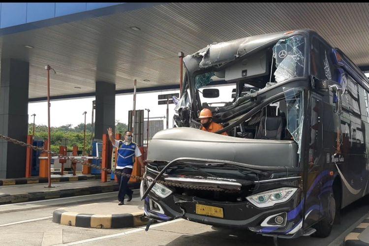 Evakuasi bus di tol kalikagkung semarang, Rabu (5/5/2021)