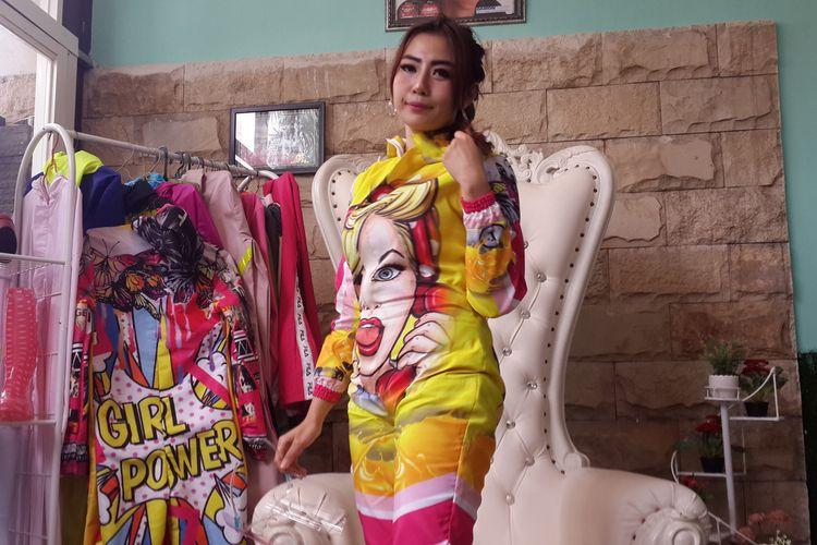 Nina Agustin, dokter gigi di Kota Malang dengan kostum hazmat fashionable di klinik miliknya, Esthetic Dental Clinic (EDC) Kota Malang, Kamis (23/7/2020)
