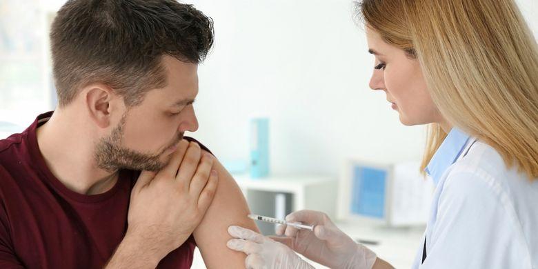 Ilustrasi penyintas Covid-19 disuntik vaksin Covid-19.