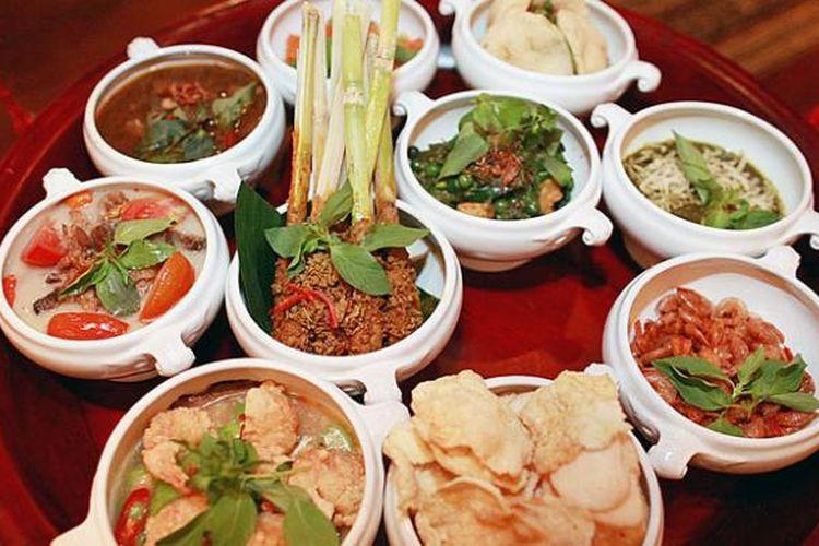 Tugu Rijsttafel Betawi di Tugu Kunstkring Paleis, Jakarta Pusat. Sebanyak 10 dari 12 hidangan disuguhkan dalam tempat khusus yang dipikul oleh dua pramusaji sebelum diletakkan di dekat meja tamu pemesan rijsttafel. Dua menu lain, yaitu es selendang mayang dan nasi uduk, dibawa terpisah oleh pramusaji lain.