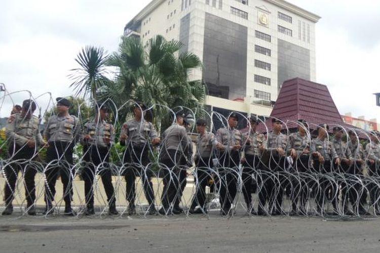 Puluhan polisi berjaga di depan gedung Mabes Polri untuk mengamankan aksi demonstrasi oleh Laskar Pembela Islam di Mabes Polri, Jakarta, Senin (16/1/2017).