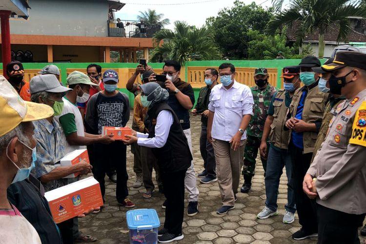 Blitar Regent Rini Syarifah provides assistance to residents in Blitar Regency on Sunday, April 11.
