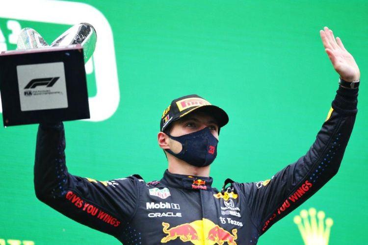 Hujan deras selama tiga jam pada gelaran F1 Belgia yang beralangsung di sirkuit Spa-Francorchamps, Minggu (29/8) ternyata membawa Max Verstappen tim Red Bull Racing kembali naik podium kemenangan.