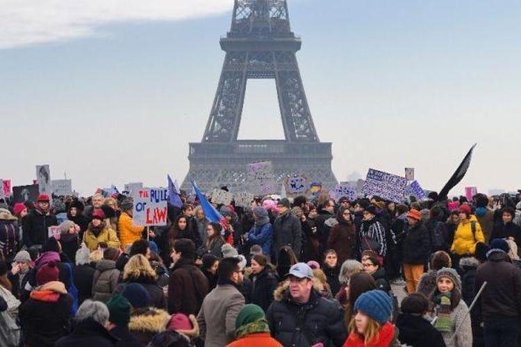 Aksi demonstrasi di Paris, Perancis, Sabtu (21/1/2017), menyuarakan penolakan terhadap Presiden Amerika Serikat yang baru dilantik, Donald Trump.