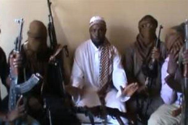 Pemimpin Boko Haram Abubakar Shekau (tengah) dan para anggota militan. Tersangka militan Boko Haram menewaskan 19 orang hari Minggu (20/10).