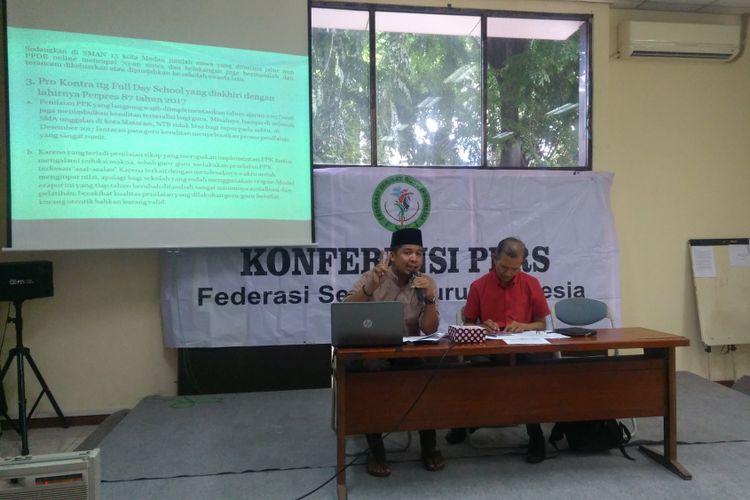 Sekretaris Jenderal Federasi Serikat Guru Indonesia (FSGI) Heru Purnomo (kanan) dan Wasekjen FSGI/Ketua Umum SEGI Jakarta Satriawan Salim (kiri) dalam sebuah diskusi catatan akhir tahun pendidikan sepanjang 2017, di LBH Jakarta, Selasa (26/12/2017).