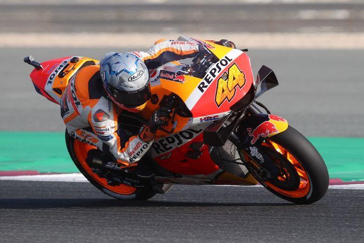 Pol Espargaro saat sesi latihan bebas pada MotoGP Doha 2021. (Photo by KARIM JAAFAR / AFP)